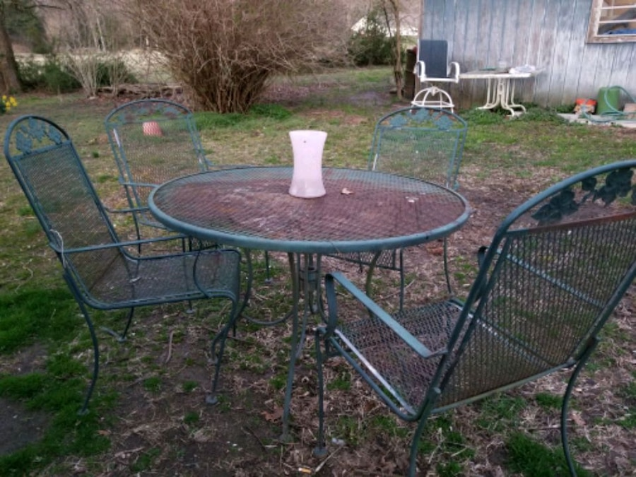 Photo Old iron table and ivy green iron chairs and Ivy leef design