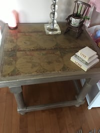 End table with world map excellent condition Laval, H7K 3X8