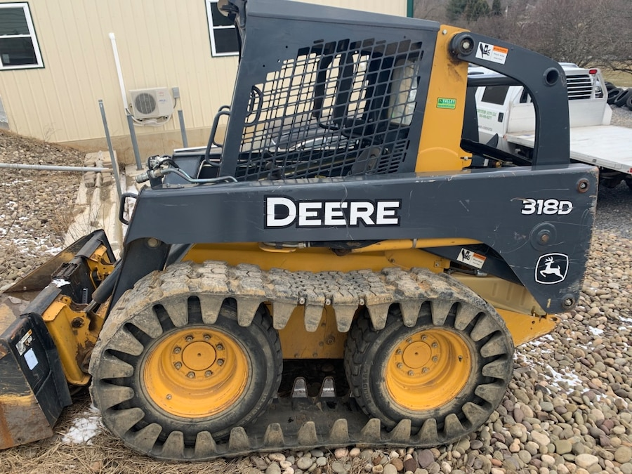 Photo 2012 John Deere 318d skid loader w over the tire tracks w attachments