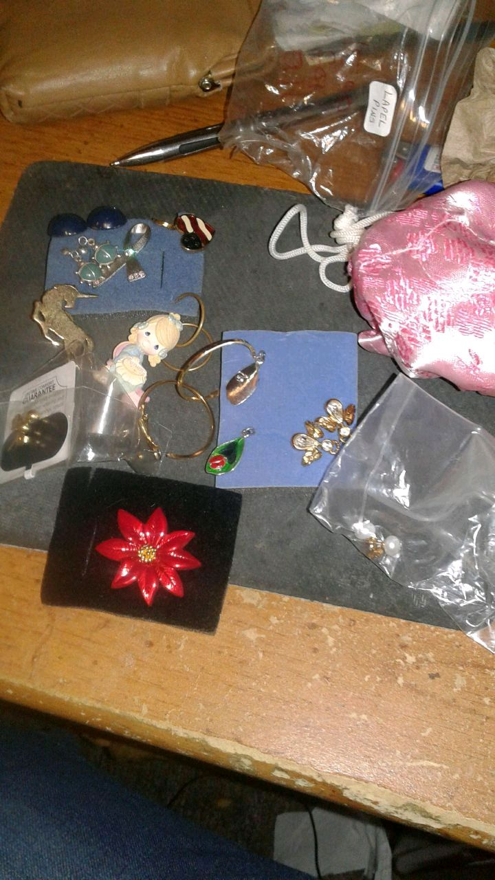 Photo NEW &VINTAGE AVON AND OTHER JEWELRY IN VINTON