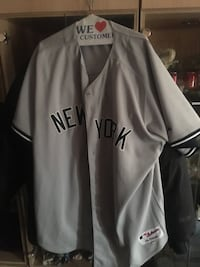 gray and black New York Yankees jersey