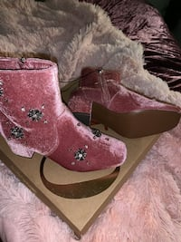Pair of pink suede boots Houston, 77077