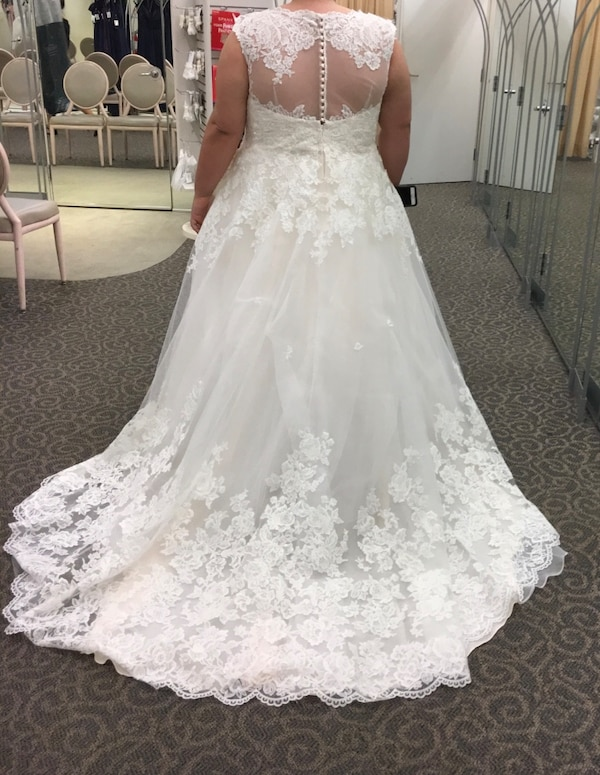 David's Bridal Plus Size Scalloped Lace and Tulle Wedding Dress