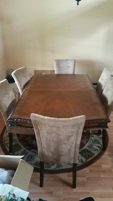 Dining room table set includes 6 chairs