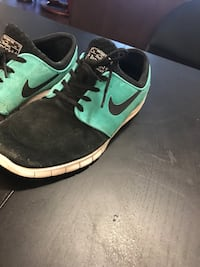 Pair of green-and-black nike sneakers Langley, V2Y 2V4