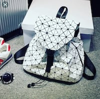 white geometric backpacks Торонто, M4W 2M9