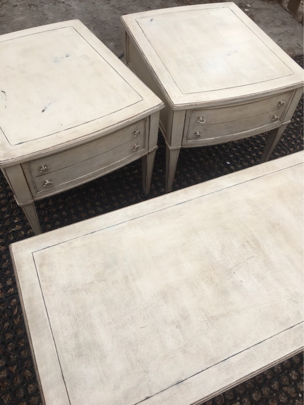 Coffee table with matching side tables abfd1c53-a28b-40fb-9122-52762848b38d