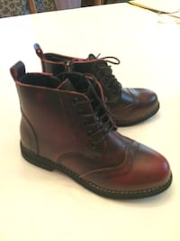 NEVER WORN Boys/Girls stylish wing tip burgundy boots - sz 5.5.  Pennsburg, 18073