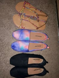 three pairs of assorted color flat shoes Belleville, K8P 2E3
