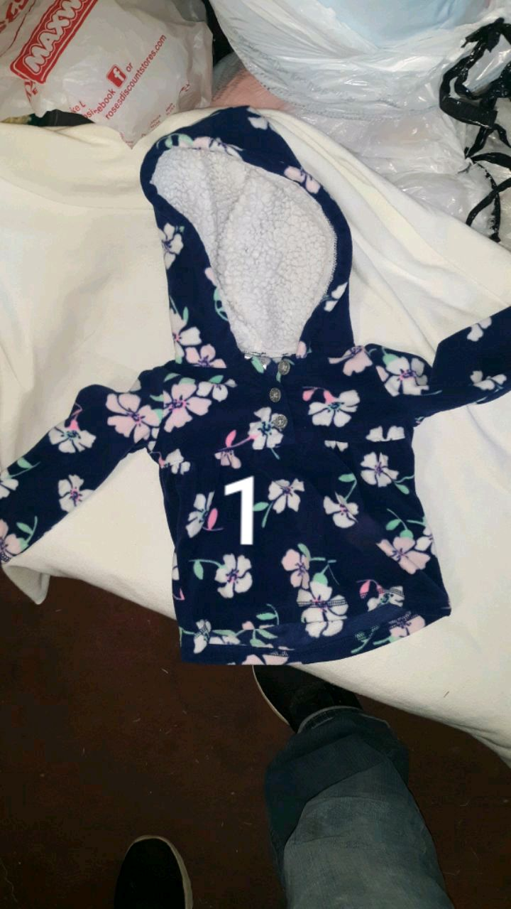 Photo BUNDLE OF LITTLE GIRL CLOTHES. SIZE 18 MOS