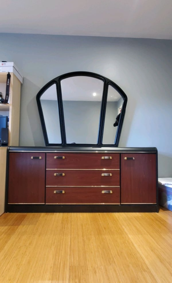 Excellent condition Dresser/Drawer with Mirror 4669cd23-ce7c-424a-834a-29978e74a979