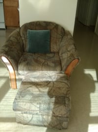 Chair w/ottoman and pillow CAPITOLHEIGHTS