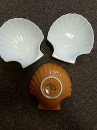 two white and red ceramic flower decors Inverness, 34450