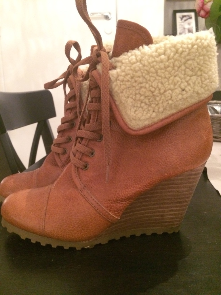 Brunt saueskinn wedge boots