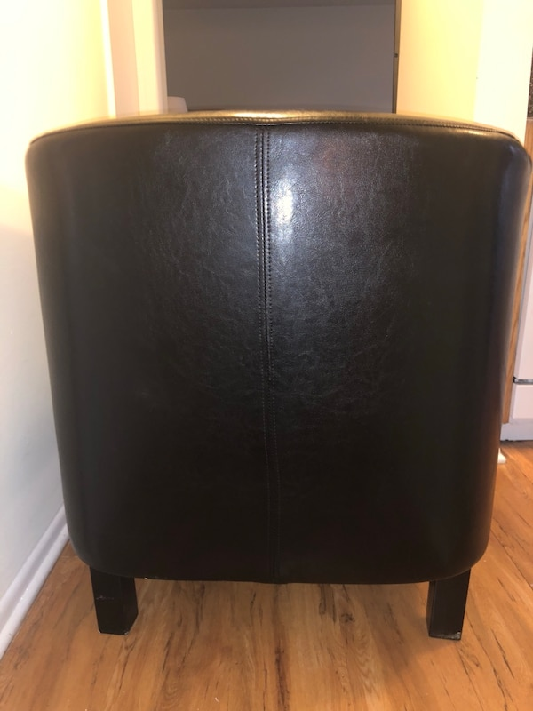 Leather chair barely used.  0169d78f-db9e-49c4-bcb3-1856d503cc06