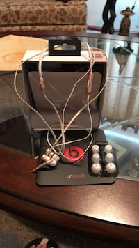 Beats by dr.dre rose gold.