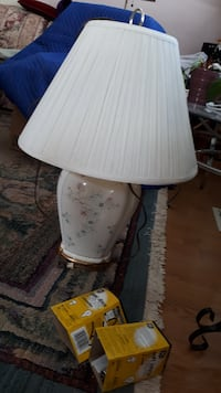 2 Beautiful White Tri-Lite Lamps in very good condition trim gold $20.00 MISSISSAUGA