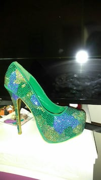 Bedazzled horse pumps! Yesssss