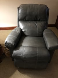 Two matching leather Recliners