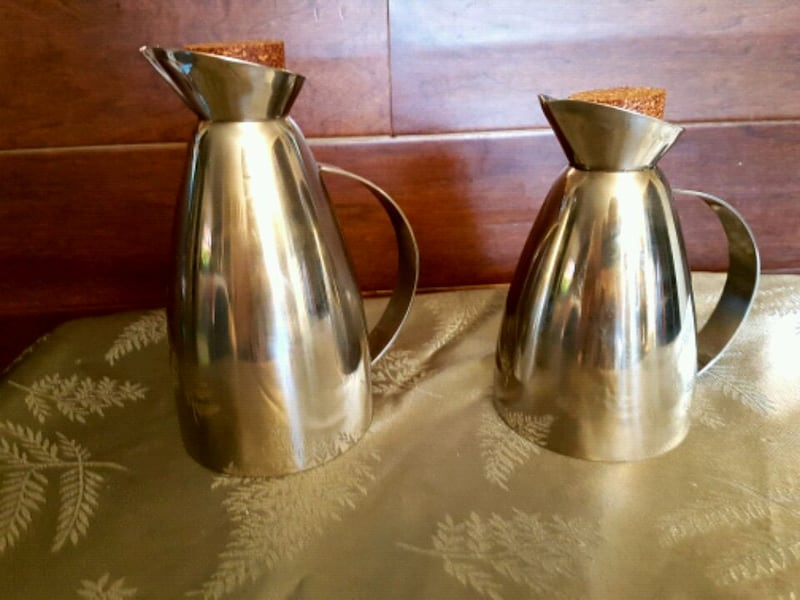 Two stainless steel decanters 0abea051-f9ce-4bbb-aa59-c8ab2aedc92e