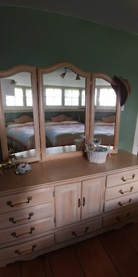 Vanity dresser, triple sided mirrors with headboar Saint Thomas, N5R 2Z2