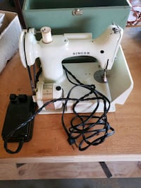 Vintage singer feather light sewing machine great condition Ventura, 93004
