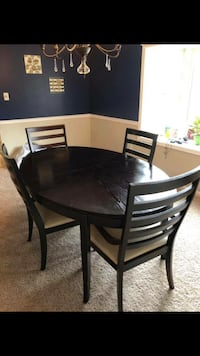 Dining table and four chairs Bensville, 20695
