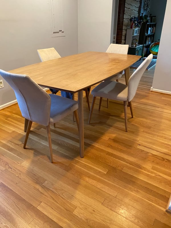 Mid Century Modern Dining Table & Chairs c8827f51-0fc8-445e-a10a-4cbd6dde10ed