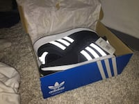 Black-and-white adidas low-top sneakers Kelowna, V1V 1N2