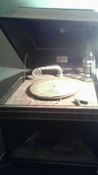 brown wooden record player  639 km