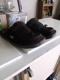Nuknuuk size 8 slippers London, N5Y 2A4