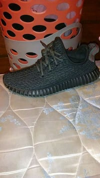 pair of black adidas Yeezy Boost 350 shoes Delphi, 46923