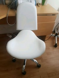 white and gray rolling chair 536 km