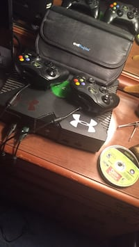 Original Xbox with two controllers and games Philadelphia, 39350