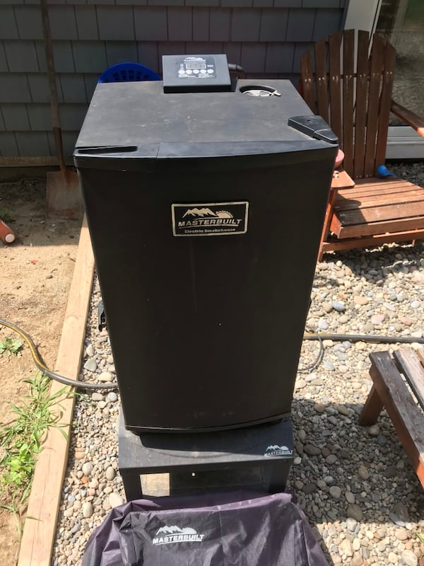 Used masterbuilt electric smoker. Comes with stand and cover. Just cleaned. 4f5ec64b-686e-4017-9dbd-4682dad89227