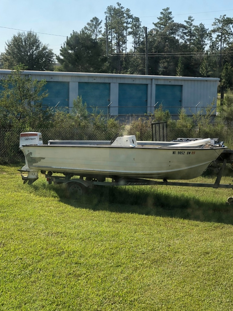 Photo Aluminum Starcraft boat motor and trailer boat has a center console