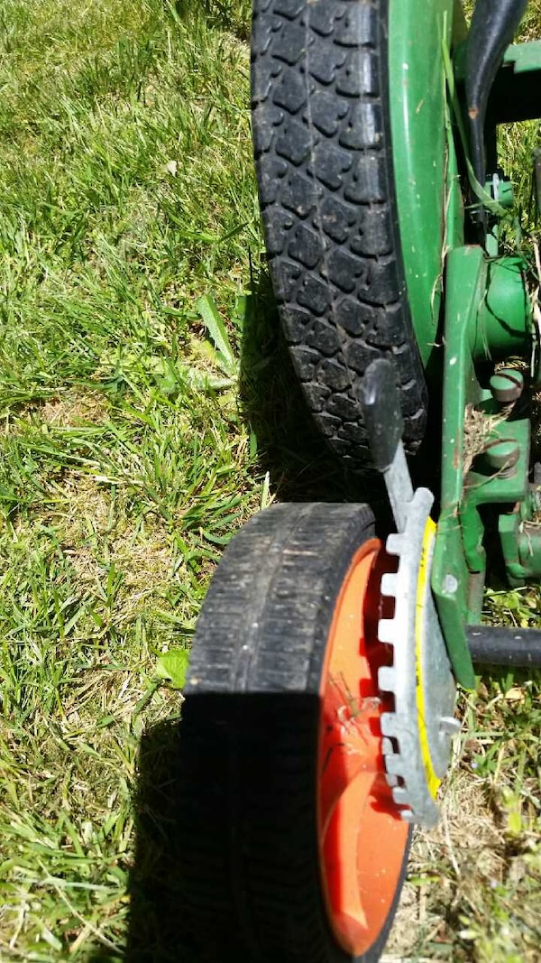 Reel lawnmower scotts  in like new conditio 2