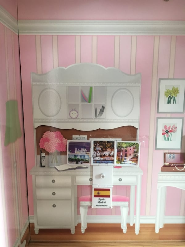 Doll house, perfect size for Barbies 53f66806-a160-481e-a3b5-bad7fdfc7097