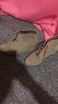 pair of brown suede boots Cedar Rapids, 52405