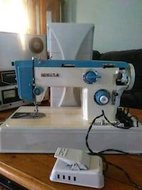 VINTAGE  WHITE  SEWING MACHINE Holiday, 34690