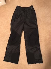 Women's Medium Ski/snowboard Pants. Non slip  knee/bum. Zipper on sides with boot insert.  Inseam 28 707 km