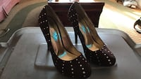 pair of black-and-brown round-toe pumps Warwick, 02886