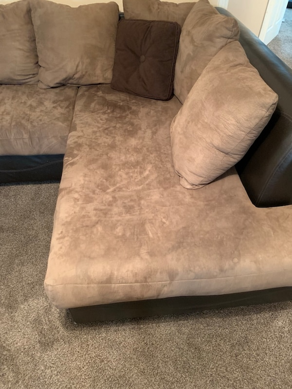 Couch - sectional f8ed37cf-ed6e-4d2b-a39d-1b52060511e7