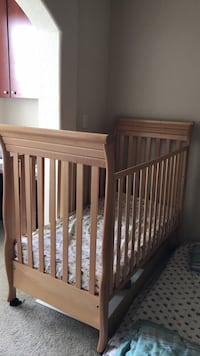 Baby's solid wooden crib Houston, 77077