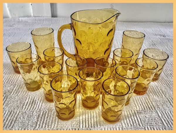 VINTAGE INDIANA GLASS CO  AMBER THUMBPRINT PATTERN PITCHER & GLASS SET (16  PIECES)