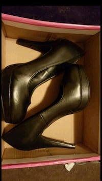 pair of women's black leather platform pumps with  Bakersfield, 93301