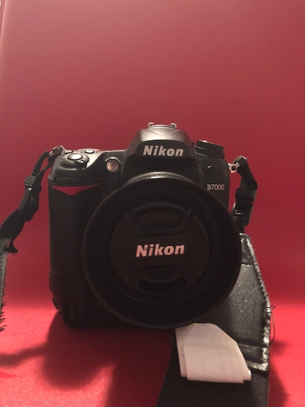 Nikon d7000 in great condition with 35mm f/1.8 and 2 32gb sd card