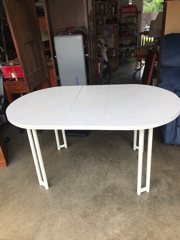 White vintage kitchen table with leaf c5373f93-7a6d-41a8-9018-13ebcce7e94f