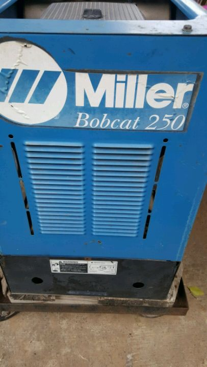 Photo Miller 250 welding machine WITH ONLY 302 HOURS come with cables 3000!!