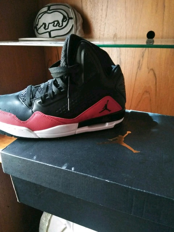 43ca5a2e66e3d7 Used unpaired black and red Air Jordan basketball shoe for sale in Dallas
